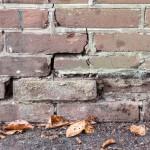 scheuren in muur door funderingsproblemen